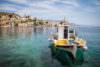 Barco na ilha de Simi